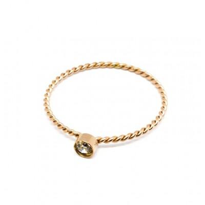 Μονόπετρο δαχτυλίδι πλεξούδα με λευκό στρας σε ροζ χρυσό χρώμα από Ανοξείδωτο Ατσάλι